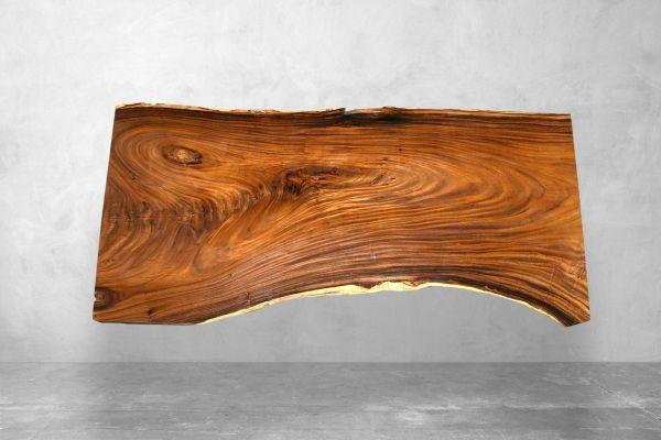 Tischplatte aus einem Baumstamm mit außergewöhnlicher Naturkante - Länge 251 cm - front view1